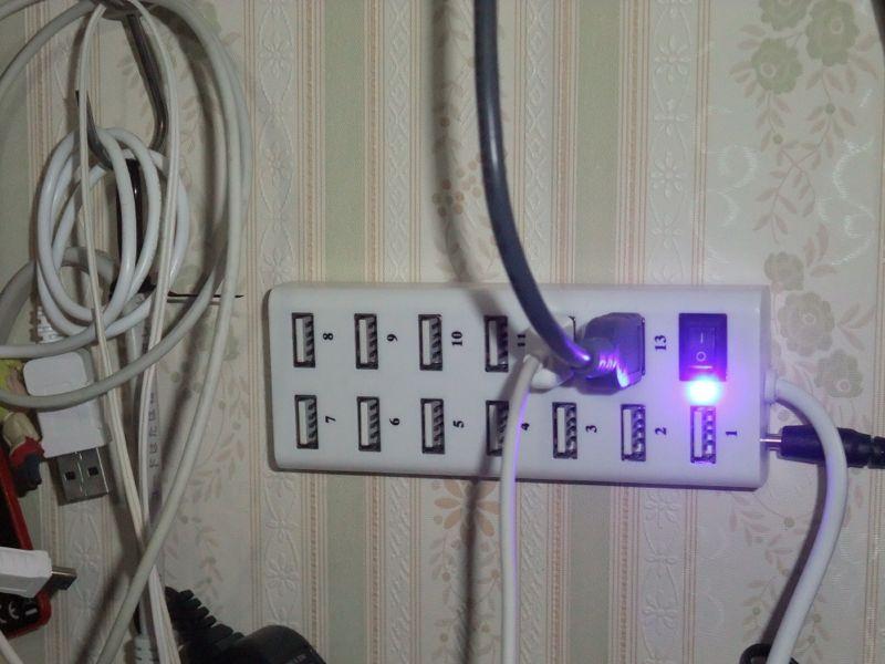 13個ほどUSB機器を繋げられるUSBハブだけど、ちょっとLED明るすぎない?
